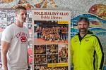 Ředitel volejbalového klubu v Liberci Pavel Šimoníček (vpravo) na snímku ze 17. května 2017 společně s univerzálem Janem Štokrem.