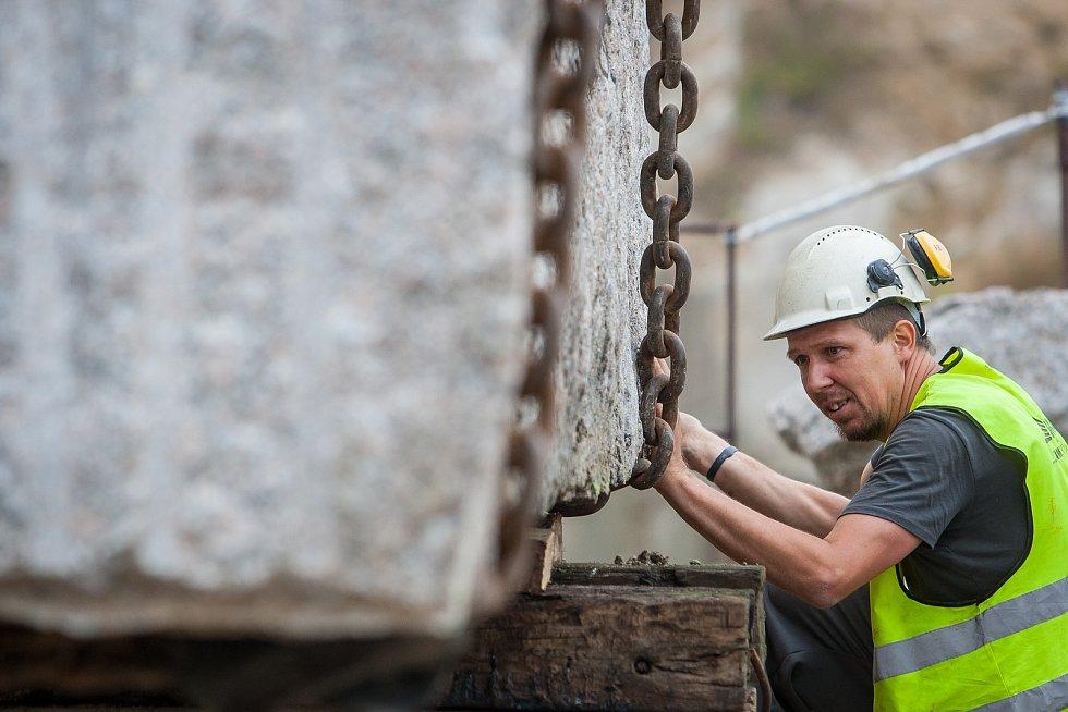 Pracovníci kamenolomu a specializované firmy vytahovali 18. července pomocí jeřábu téměř 73 tunový žulový kvádr. Monolit o objemu 27,5 metrů krychlových bude sloužit jako materiál pro sochaře Jaroslava Rónu. Na snímku je Vojtěch Mai.