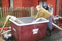 Hasiči z Nové Vsi u Chrastavy kromě hašení požárů a likvidace následků větrných smrští pomáhají místním obyvatelům například čistit zanešené studny.