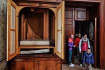 ATRAKCE. Tento orchestrion byl do Zákup převezen až po císařově smrti v roce 1875. Je funkční a zachovalo se i zhruba 120 dřevěných válců. Zní z něj skladba Norma od Belliniho.