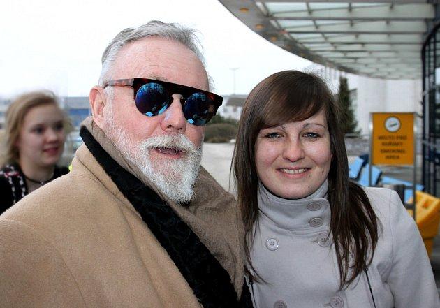 NAŠÍ REDAKTORCE HANĚ LANGROVÉ se podařilo setkat se na letišti skytaristou Brianem Mayem a bubeníkem Rogerem Taylorem.