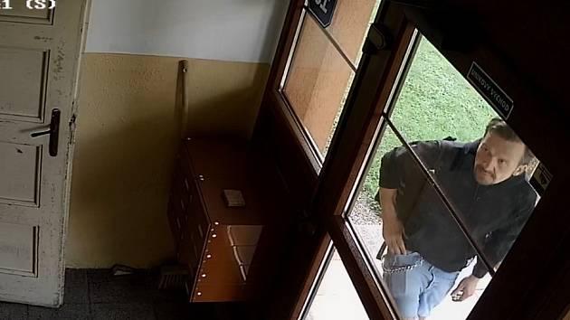 Policie žádá veřejnost o spolupráci při pátrání po pachateli krádeže.