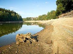 Ani hrázný nepamatuje, kdy bylo v Harcovské přehradě tak málo vody.