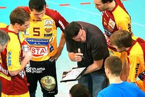 DOTÁHNOU TO DO FINIŠE? Trenér Dukly Michal Nekola vysvětluje svým hráčům strategii na Final Four.