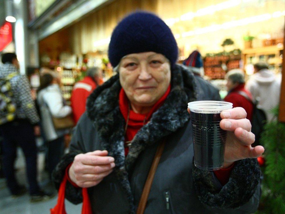 Lidé si také mohli na zahřátí dát svařené víno.