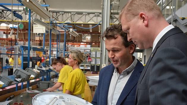 Místopředseda vlády pro vědu, výzkum a inovace Pavel Bělobrádek si prohlíží provozy jednoho z největších producentů osvětlovací techniky, firmy MODUS v České Lípě.