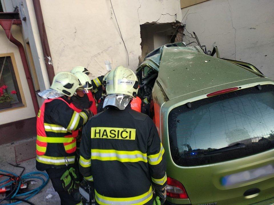 V Londýnské ulici v Liberci nabouralo auto do domu
