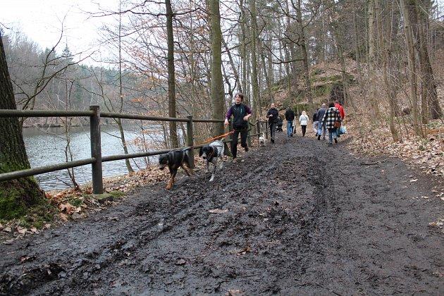 Vymletá Promenádní cesta se na jaře vyspraví žulovým perkem. Na opravu historického náhonu pod ní už se ale letos nedostane.
