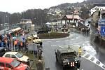Americký konvoj projíždí Tanvaldem.
