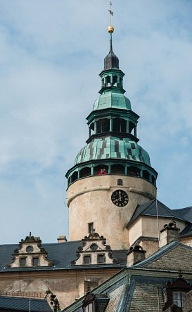 NETRADIČNÍ POHLED NA FRÝDLANT AOKOLÍ. Věž se otevírá jen výjimečně a tak je pohled zjejího ochozu pro většinu příchozích úplně nový.