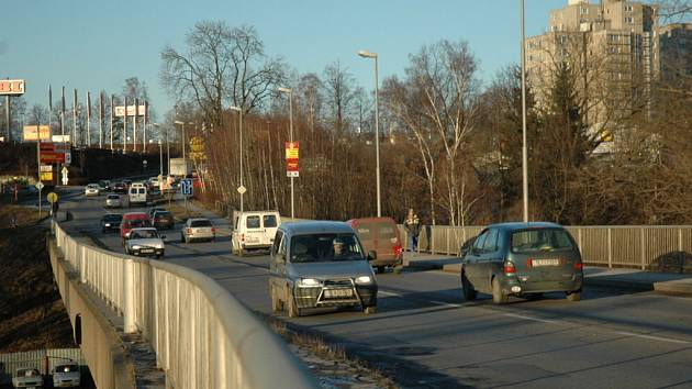 Chátrající most v Letné ulici.