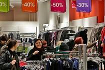 ANI SLEVY JE NEODRADILY OD KRÁDEŽE. Zloději oblečení se snaží si neprávem přivlastnit oblečení, které se jim líbí. Nepřemýšlí však nad tím, že by klidně mohli skončit i za mřížemi.