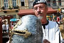 K MÁNÍ BYLA I ZBROJ. Malí návštěvníci jarmarku ocenili arzenál zbraní a zbroje, který prodávající nabízeli. Kdo nechtěl dřevěný meč, pořád si mohl vybrat z různých cukrovinek nebo šperků.
