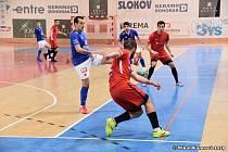 Boj o každý míč. Liberecký Pavel Bína (v červeném) bojuje o balón se soupeřem z pražské Slavie