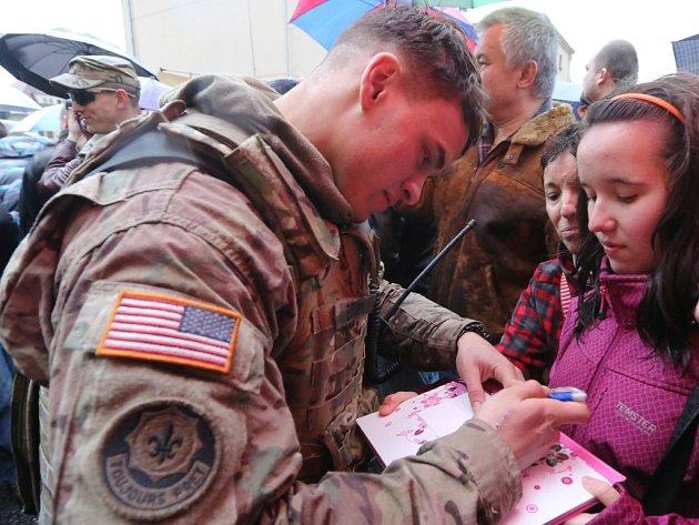 VLiberci uvítala americký konvoj tisícovka příznivců. Dešti navzdory. Oprohlídku techniky byl obrovský zájem. Vojáci se dokonce podepisovali do památníčků (na snímku).