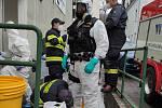 Nutná příprava policistu na kontrolu ubytovny cizinců.