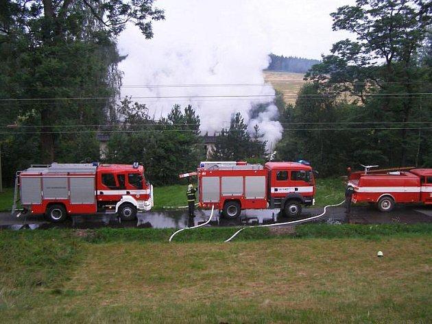 Snímek zachycuje požár rodinného domku v Horní Řasnici z července 2008. Hasilo jej několik jednotek dobrovolných hasičů z okolí najednou, řasničtí byli u něj pochopitelně první.