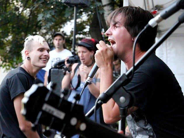 PUBLIKUM ROZPARÁDILA na sobotním hudebním open air festivalu v centru Liberce skupina Empty hall of fame.