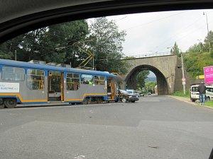 Ranní střet automobilu s tramvají před viaduktem ve Františkově v Liberci.