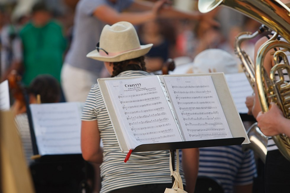 Na náměstí Dr. Edvarda Beneše v Liberci vystoupili Police Symphony Orchestra v rámci benefičního koncertu na podporu spolku Šance zvířatům