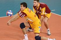 Martin Ticháček (v popředí) na snímku z posledního utkání Dukly s Opavou.