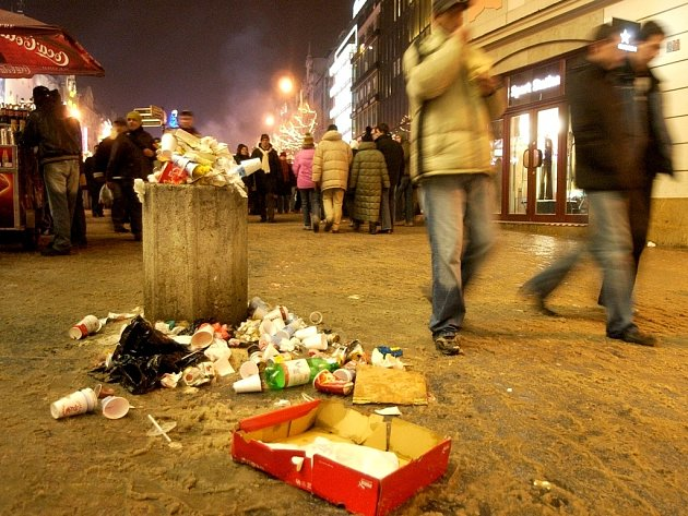 Ilustrační. Po oslavách Silvestra odklízí města tuny odpadků.