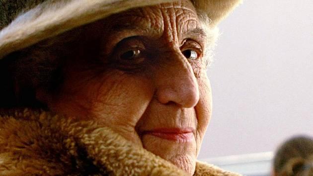 MARTA KOTTOVÁ. Jako dítě z židovské rodiny poznala Terezín a poté koncentrační tábor v Osvětimi. Přežila ho a nyní své zážitky předává ostatním, aby se jednou provždy z hrůz holocaustu poučili.