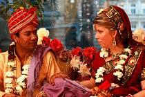 Majitel indické restaurace v Liberci Vikram Ranawat uspořádal svoji svatbu s českou ženou Klárou podle indických obyčejů ve své vlastní restauraci.