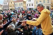 Na slavnostním otevření opraveného náměstí byl i Michal Nesvadba s programem pro děti.
