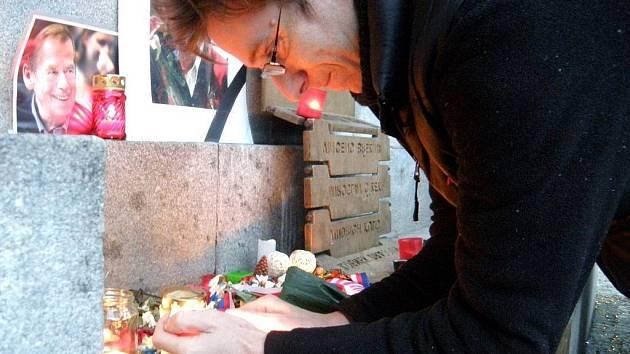 UŽ ODPOLEDNE ZAPALOVALI SVÍČKY. Lidé začali nosit květiny a zapalovat svíčky u pomníku obětem srpna 1968 u radnice už pár hodin po smrti bývalého prezidenta Havla.