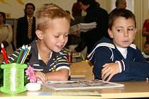 V LAVICÍCH. Prvňáčci v liberecké základní škole v Oblačné ulici se zatím školy nebojí.
