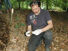 Petr Drbohlav při jednom z mnoha terénních průzkumů, kdy pátral nejen po zmizelém děvčátku.