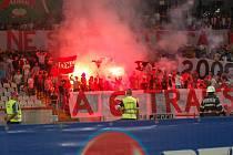 Domácí fans, kteří zapalovali ohně a vše nakonec vyvrcholilo jejich vnikem na hrací plochu.