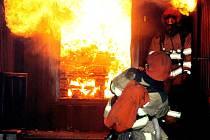 HASIČI SE POTÝKALI nejen s vysokými teplotami, z hořícího kontejneru simulujícího požár v uzavřeném prostoru museli vytáhnout i v něm při průzkumu objeveného člověka. Nebyla to ale žádná lehká figurína, nýbrž instruktor z řad profesionálních hasičů.