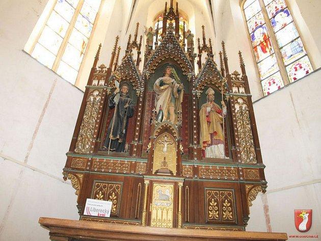 Hlavní oltář v kostele sv. Víta v Osečné.
