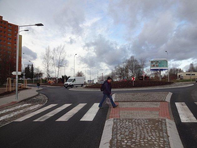 Kruhový objezd. Chodci teď budou přecházet vRochlici bezpečněji. Předchozí křižovatka byla pro ně nebezpečná.