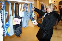 RUČNĚ ŠITÉ TAŠKY MĚLY ÚSPĚCH. Benefiční akce Kašparovo taškaření tento rok vydělala mnohem více peněz než v předchozích ročnících. Jen za tašky se vybral dvojnásobek.
