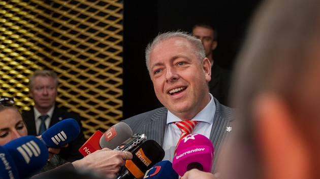 Ministr vnitra a místopředseda ČSSD Milan Chovanec hovoří s novináři po setkání s prezidentem republiky Milošem Zemanem 10. května v Liberci.