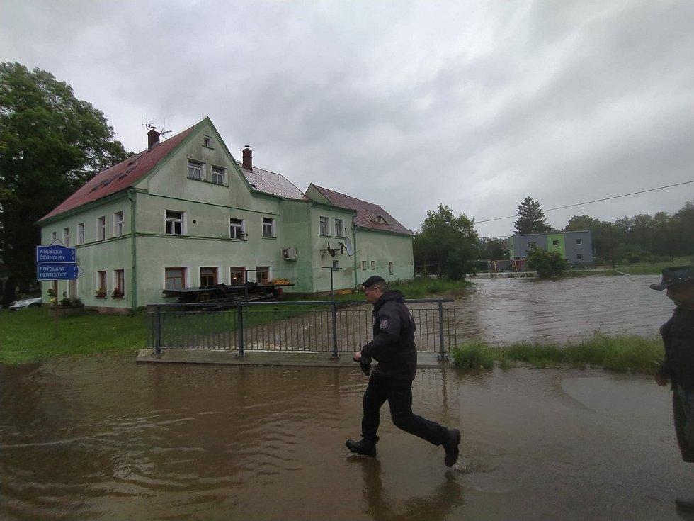 Jelikož voda začala zaplavovat domy ve Višňové, rozhodli hasiči evakuovat obyvatele do bezpečí.
