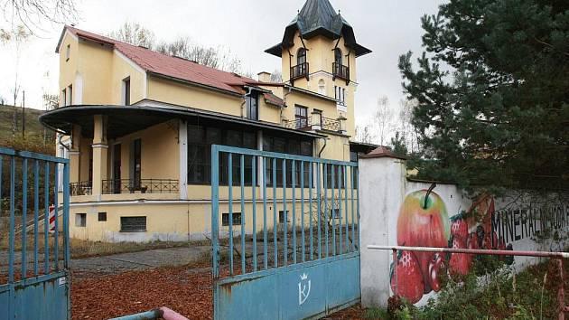 Opuštěný a chátrající objekt Vratislavické kyselky.