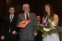 Prezident Miloš Zeman poblahopřál společně s hejtmanem Martinem Půtou vítězce ankety Nejúspěšnější sportovec roku Libereckého kraje Evě Samkové.