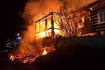 Ve čtvrtek po dvaadvacáté hodině hasiči vyjeli k hořící poloroubené chalupě v Horní Dušnici v Jablonci nad Jizerou.