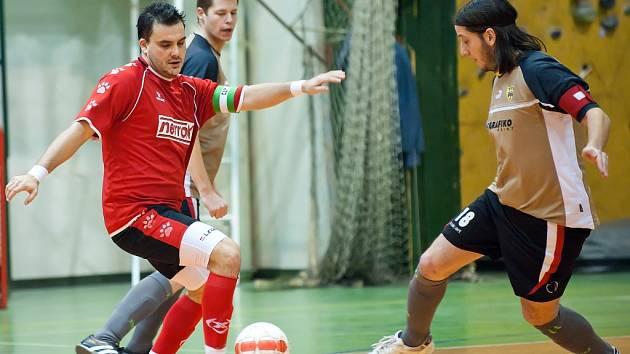 Hráč Slavie (v červeném) útočí. Ilustrační foto
