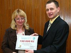 ŠEK převzala z rukou Aleše Rozkovce (vpravo) provozní ředitelka Kolosea Simona Svobodová.