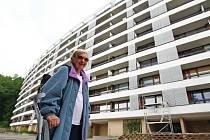 TOHLE STÁLO 26 MILIONŮ. Nové příčky na balkónech jsou udělány tak, že se sousedi můžou šmírovat.