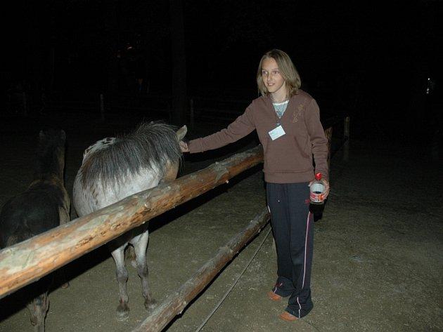 NOČNÍ ZOO. Děti, které se zúčastnily noční adventury, se rozhodně nenudily. V nabitém programu si přesto našly čas na občerstvení a pohlazení zvířat.