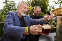 Ve Frýdlantu slavnostně narazili sudy školního piva.