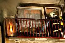 Za požárem balkónu v panelovém domě v Hejnicích na Frýdlantsku stála nedbalost uživatele bytu.