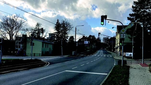 Křižovatka ulic Tanvaldská a Dlouhomostecká ve Vratislavicích.