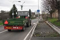 CHYBÍ CHODNÍKY. Zatímco povrch silnice přes Novou Ves se skví novotou, pro chodce je to podél silnice stále ještě riskantní. Chodníky totiž nejsou hotové.